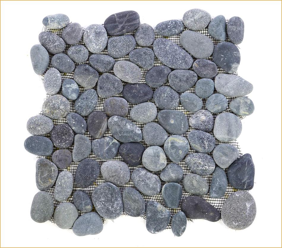 Graues Mosaik aus Kieselsteinen