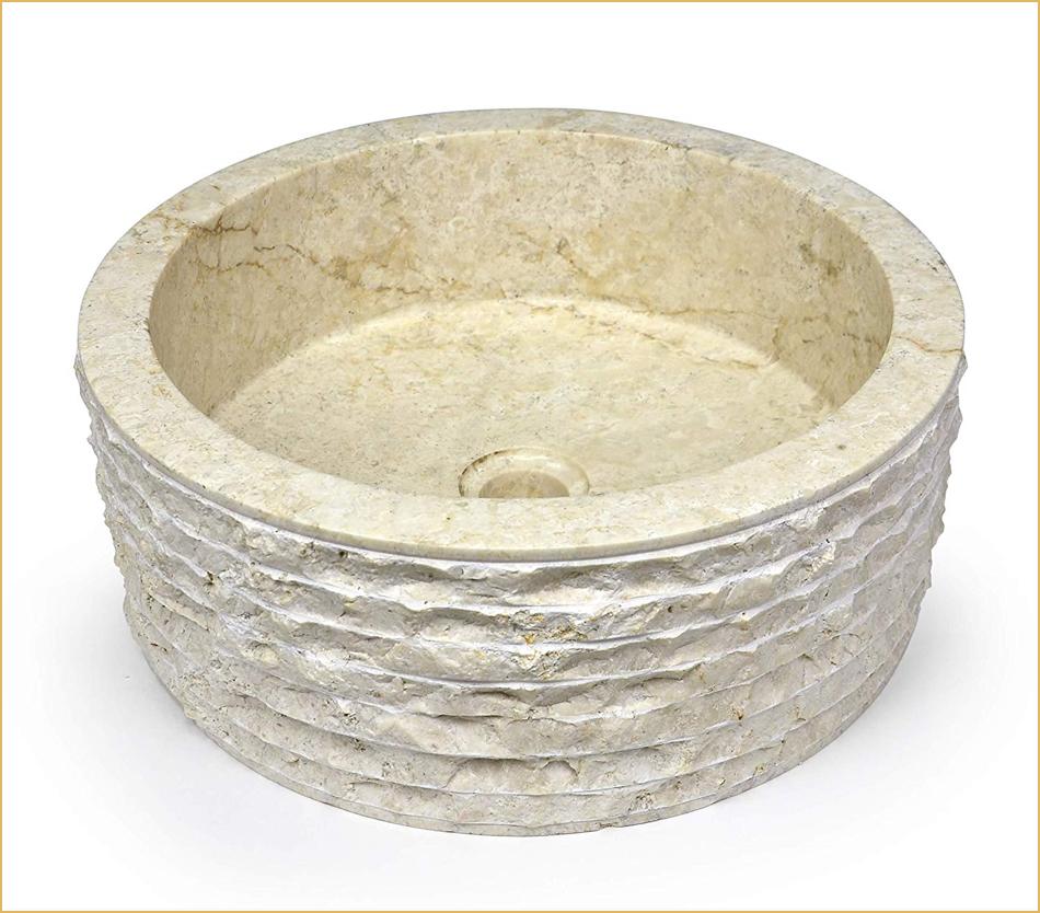 Antikes Waschbecken mit behauener Außenseite